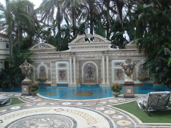 Casa casuarina the mansion where gianni versace lived and for Versace pool design