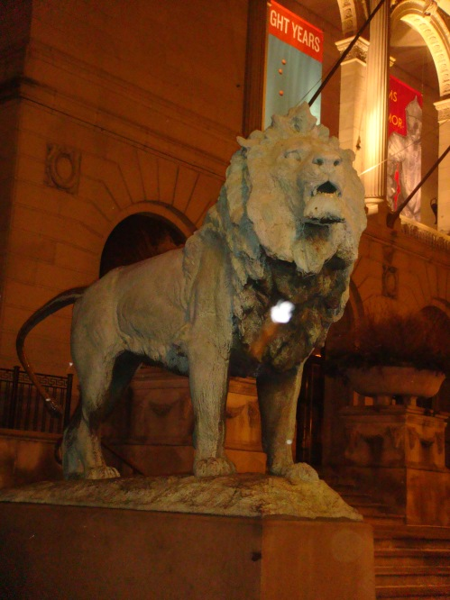 Florence isn't the only city with proud lions protecting valuable assets! This lion watches over the Chicago Art Institute.